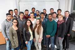 20 junge Flüchtlinge beginnen bei Bayer einen viermonatigen Aufbaukurs zur Berufsvorbereitung.